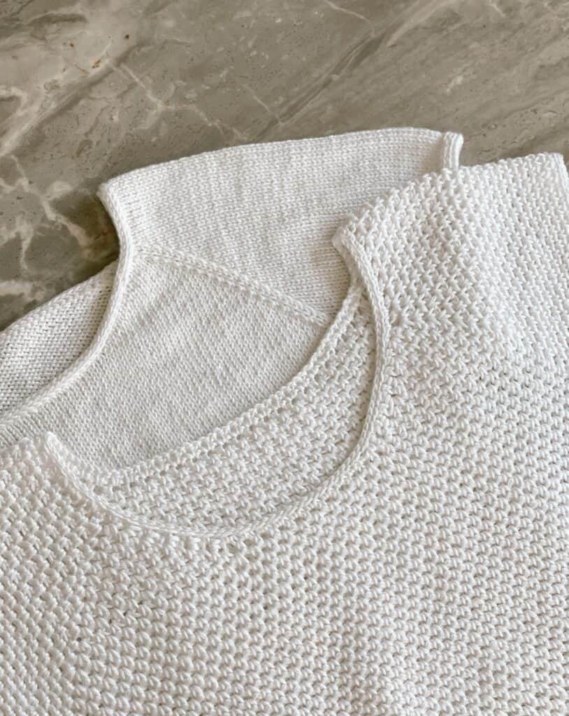 perfektes Strick-T-Shirt und perfektes Häkel-T-Shirt, die überlappend nebeneinander liegen, um die Gemeinsamkeiten und Unterschiede aufzuzeigen