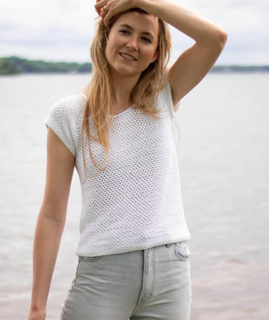 T-Shirt häkeln Bild vor Wasser auf Modell mit Hand im Haar