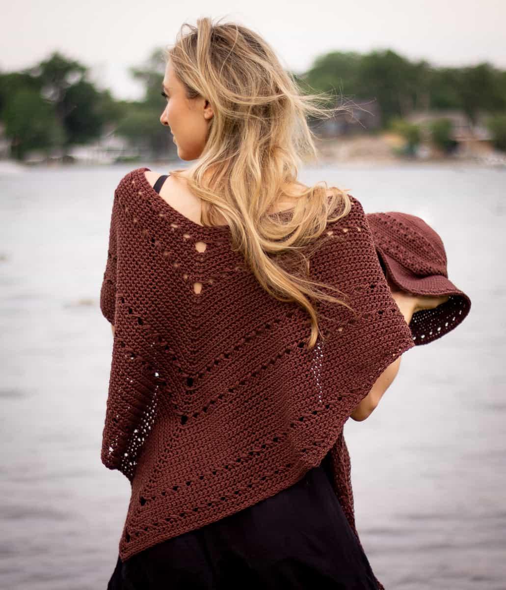 Seaside-Schal wird von hinten über den Schultern getragen, um die einfachen Ösendetails zu zeigen