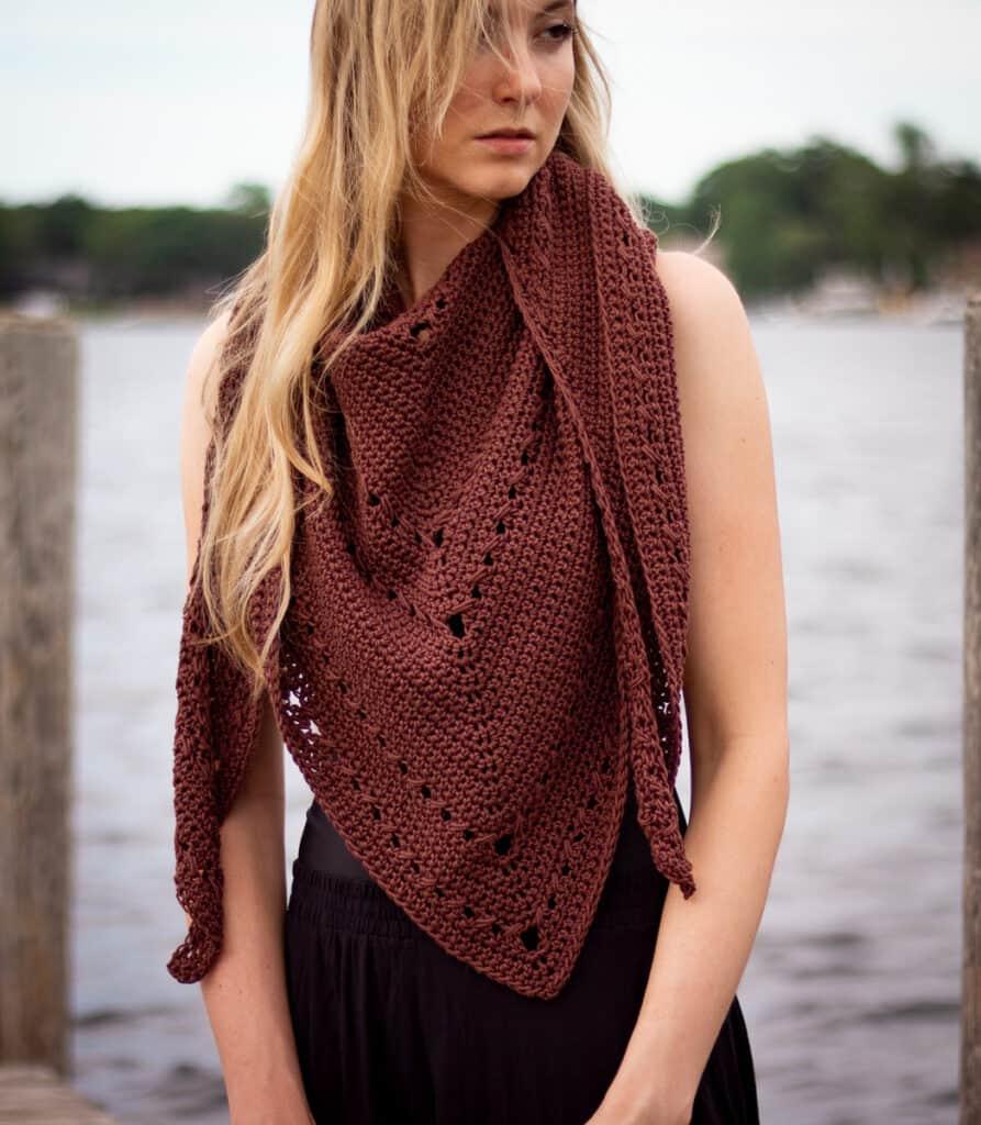 Seaside Shawl wird als Schal mit dem langen Stück vorne getragen und wie ein Deckenschal über jede Schulter gedreht